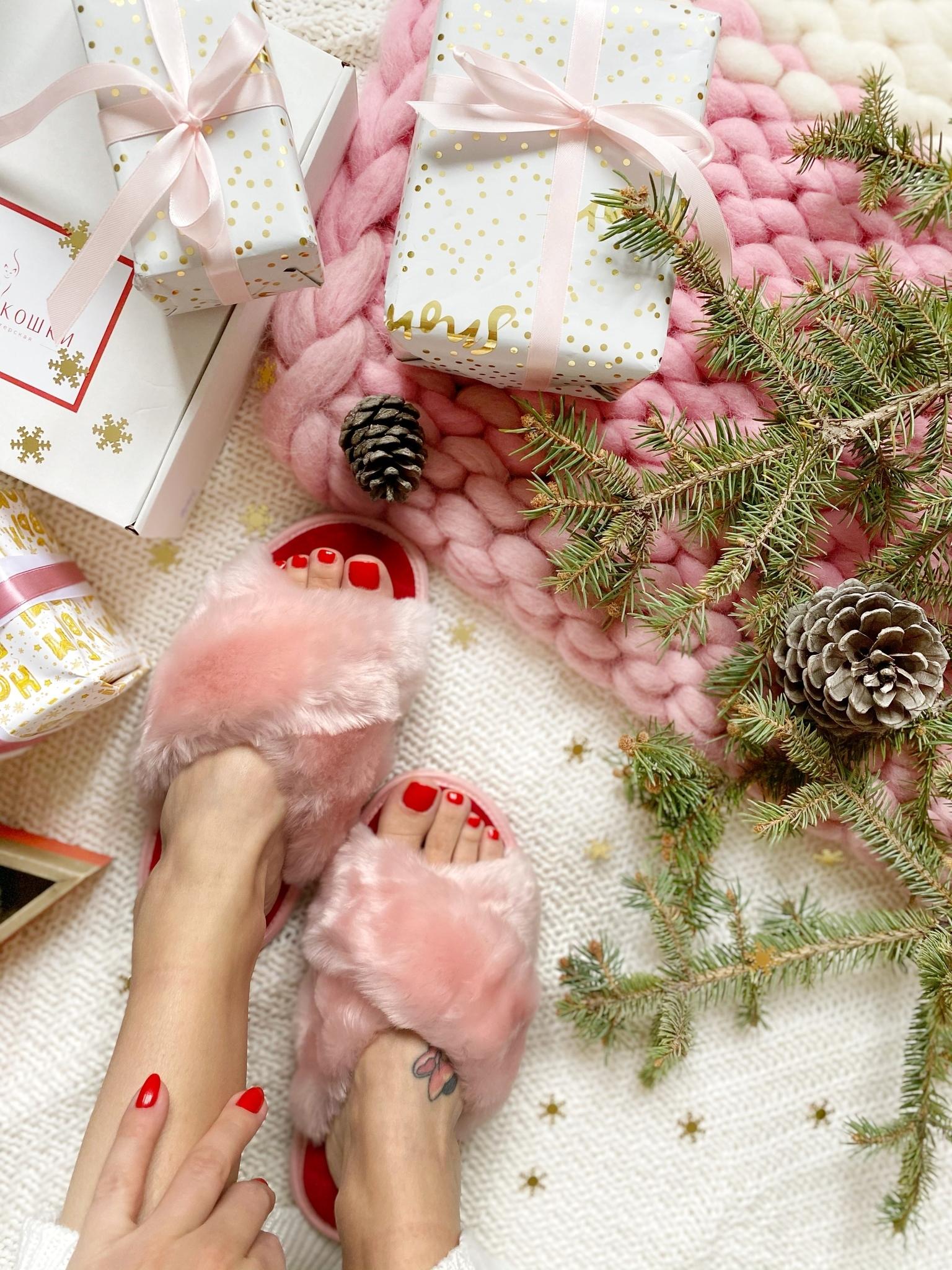 Меховые тапочки розовые с перекрестными шлейками и текстильной стелькой красной