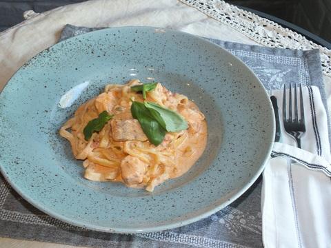 Паста с лососем в сливочно-томатном соусе