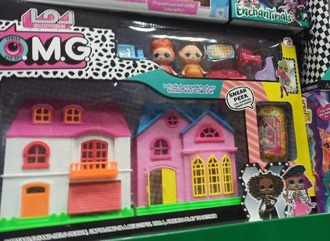 Два дома с четырьмя куклами