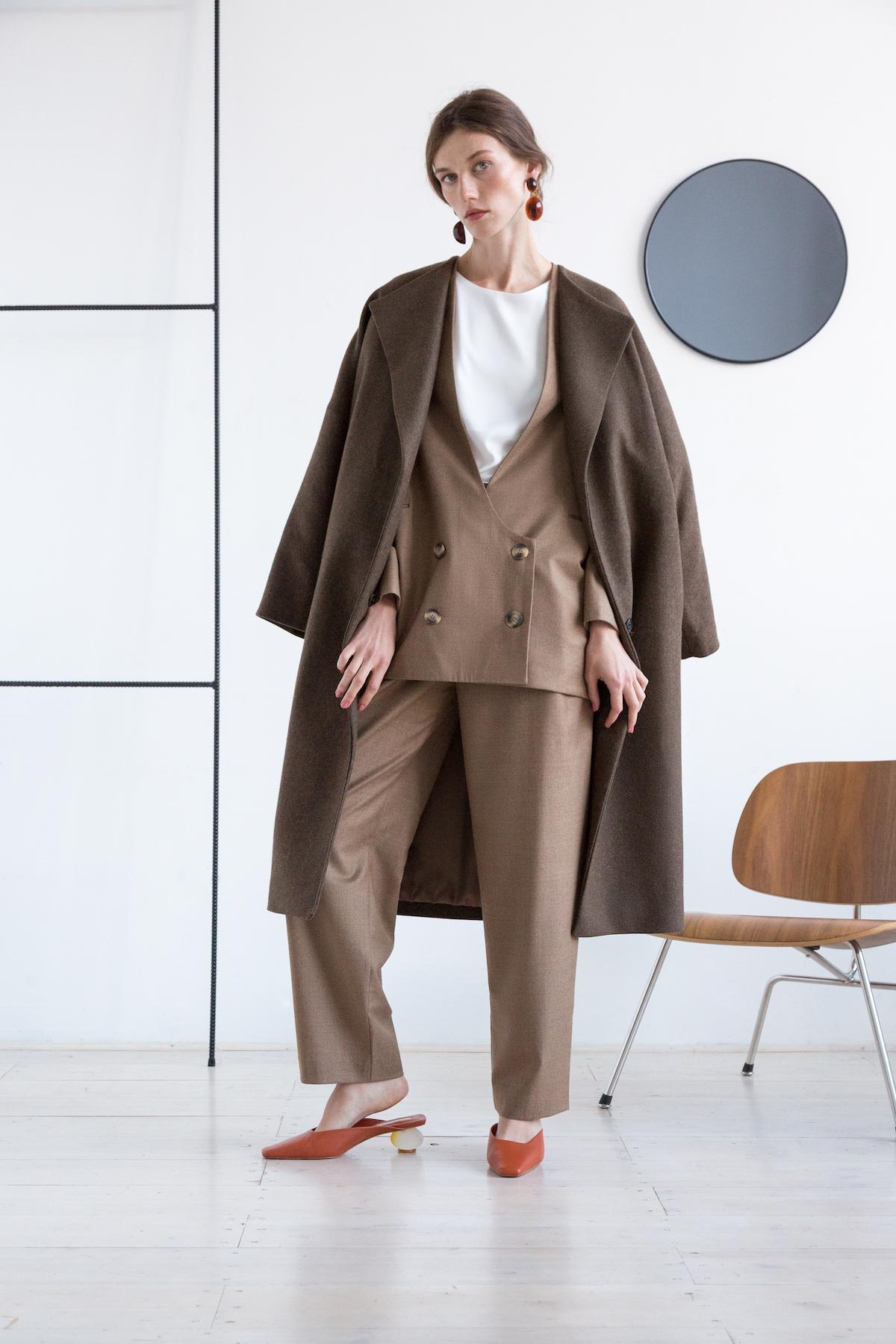 Пальто с высокой шлицей, коричневый хакки