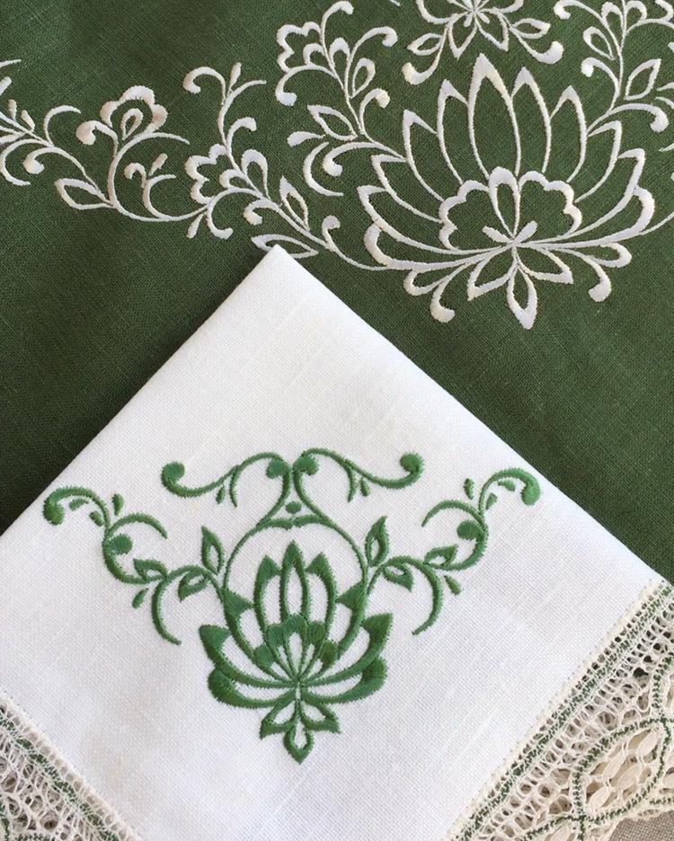 Комплект столового белья с вышивкой и кружевом. Круглая скатерть, салфетки