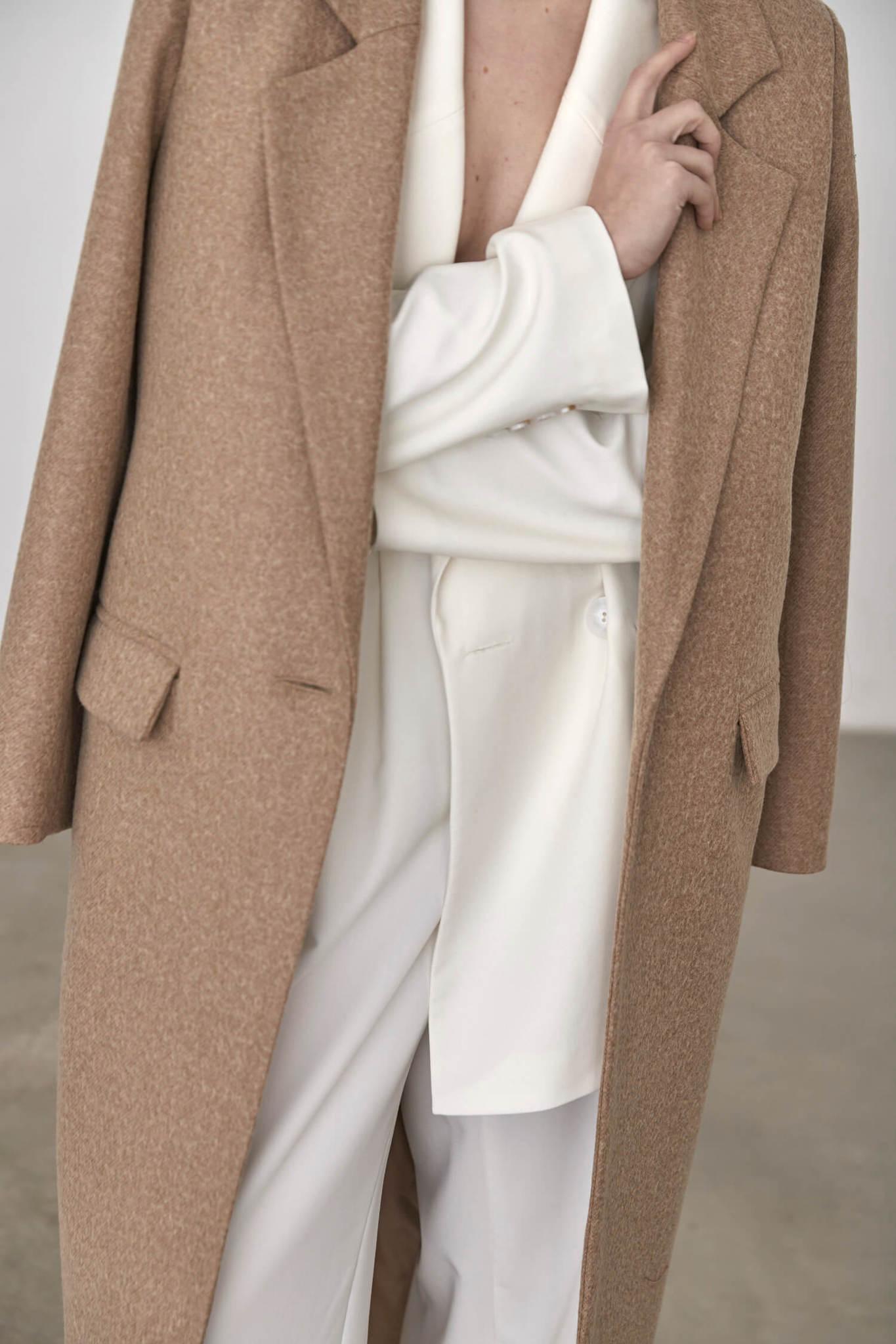 Пальто с мужского плеча с хлястиком на спинке, беж
