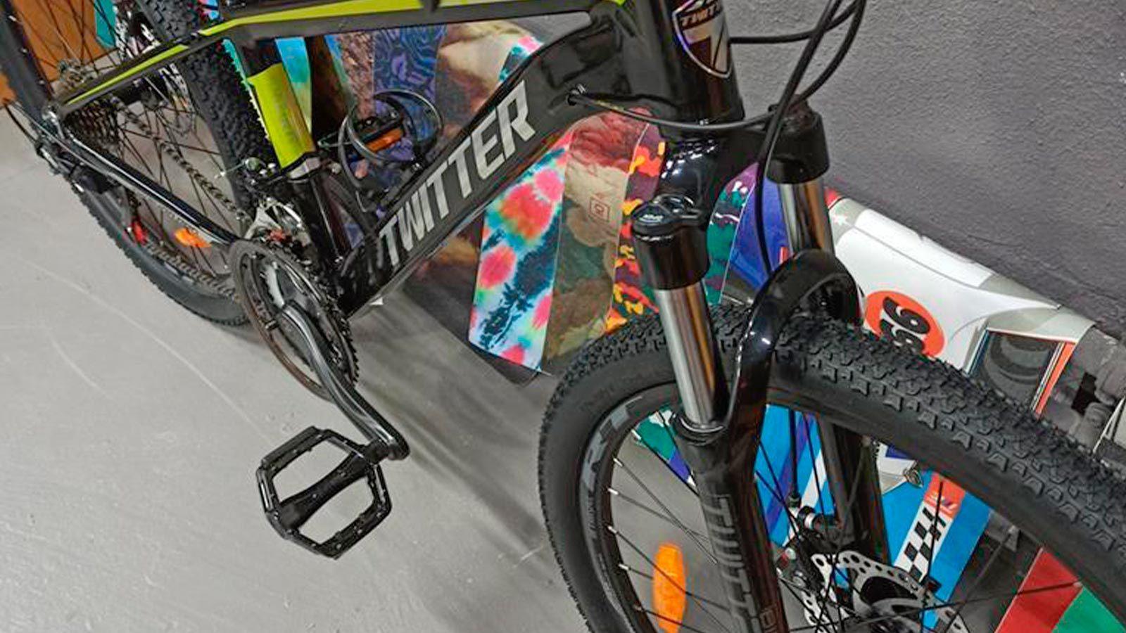 вилка переднего колеса и педаль горного велосипеда