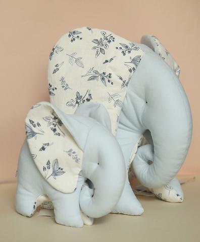Слон голубой , белая ткань с синими веточками