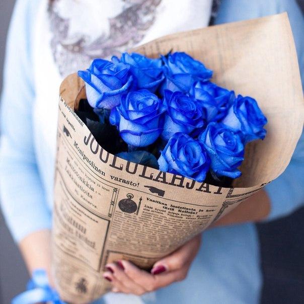 Букет 9 синих роз в крафте