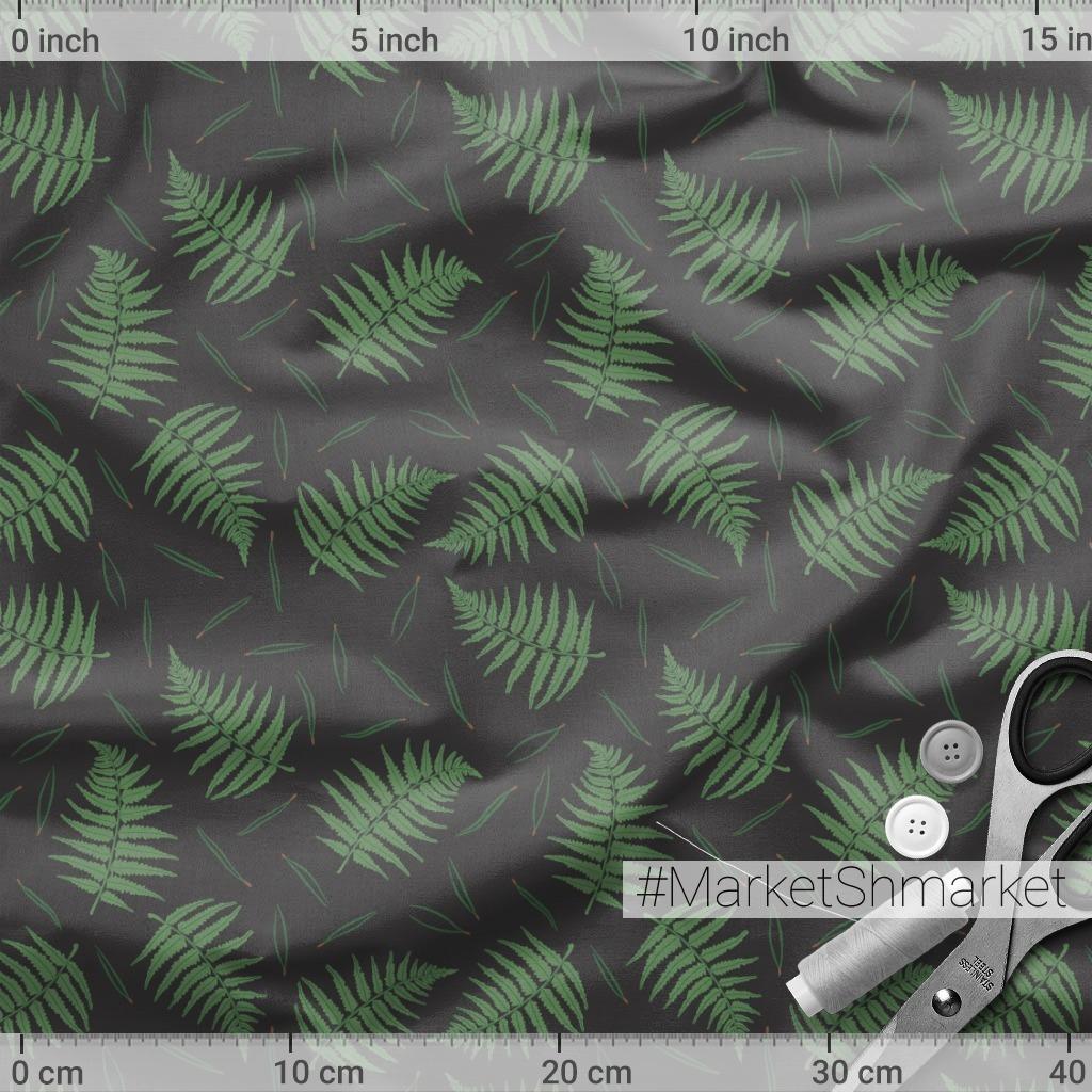Папоротник и сосновые иголки на темном фоне