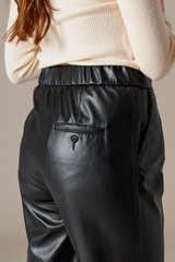 Зауженные брюки из экокожи