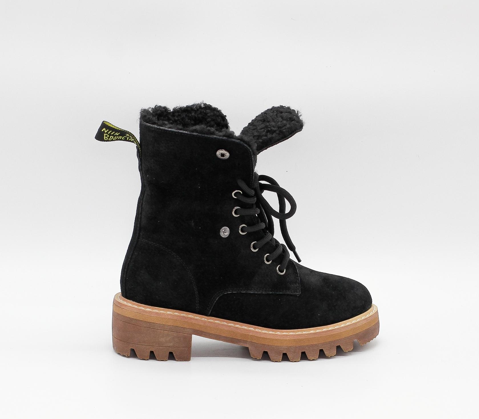 Черные ботинки  из натуральной замши на протекторной подошве