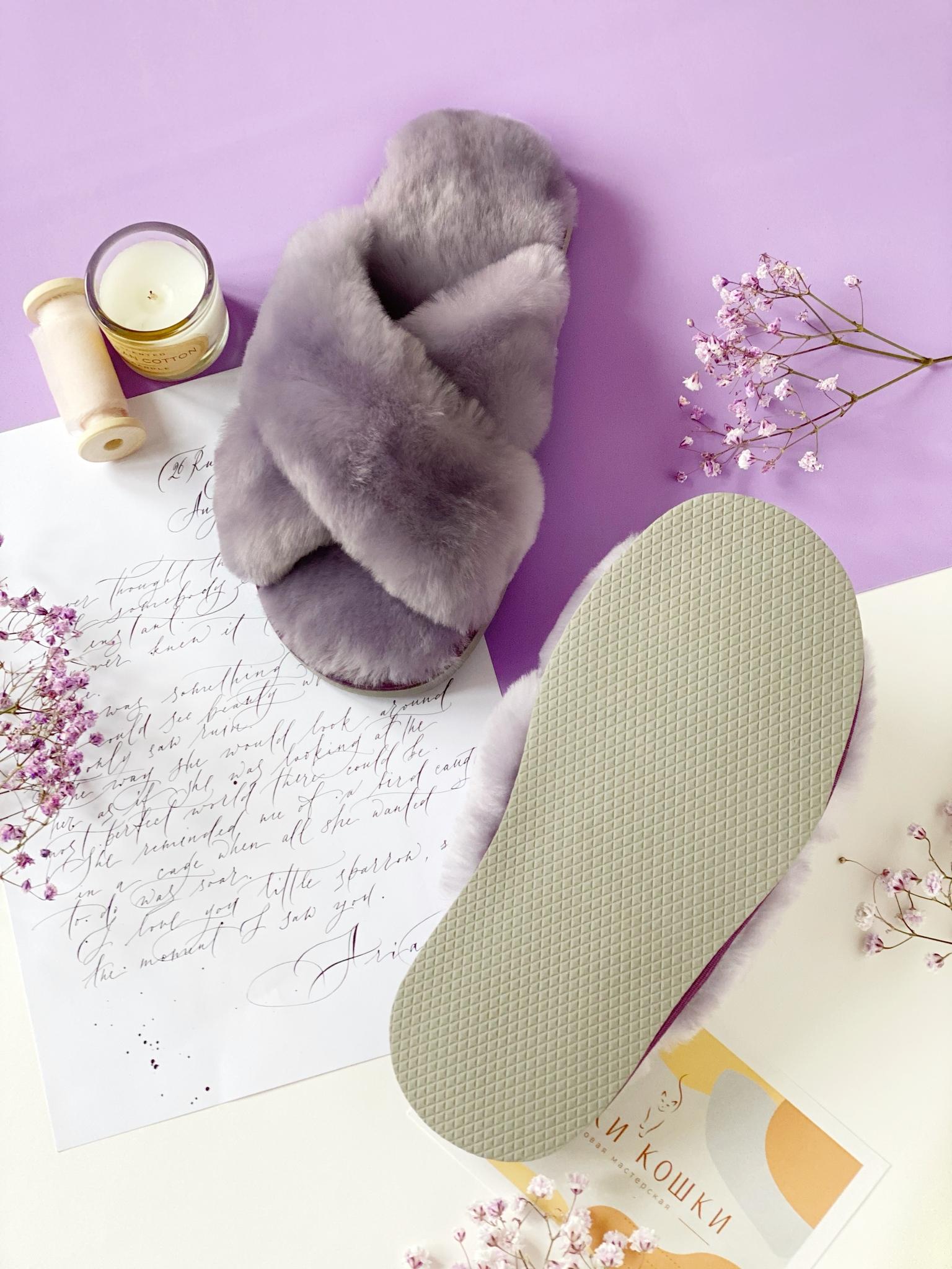 Меховые тапочки сиреневого цвета с перекрестными шлейками контрастными (сиреневый+дымчатый)