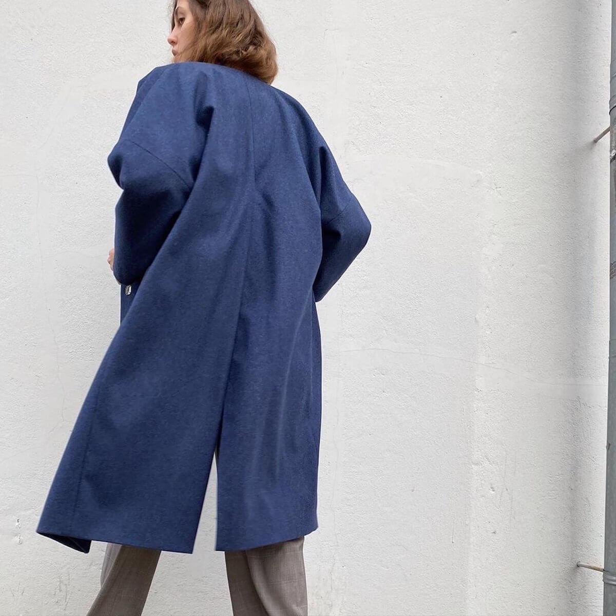 Пальто с высокой шлицей, синее