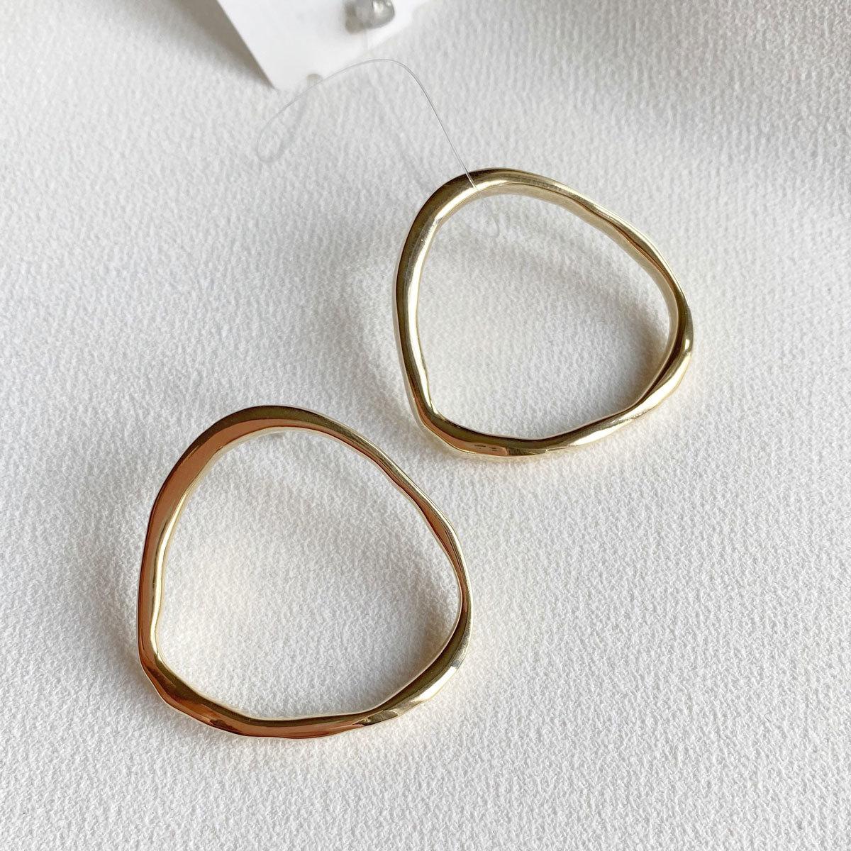 Серьги с поперечными мятыми кольцами (золотистый)
