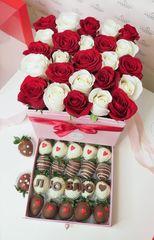 Шкатулка с розами и клубникой в шоколаде