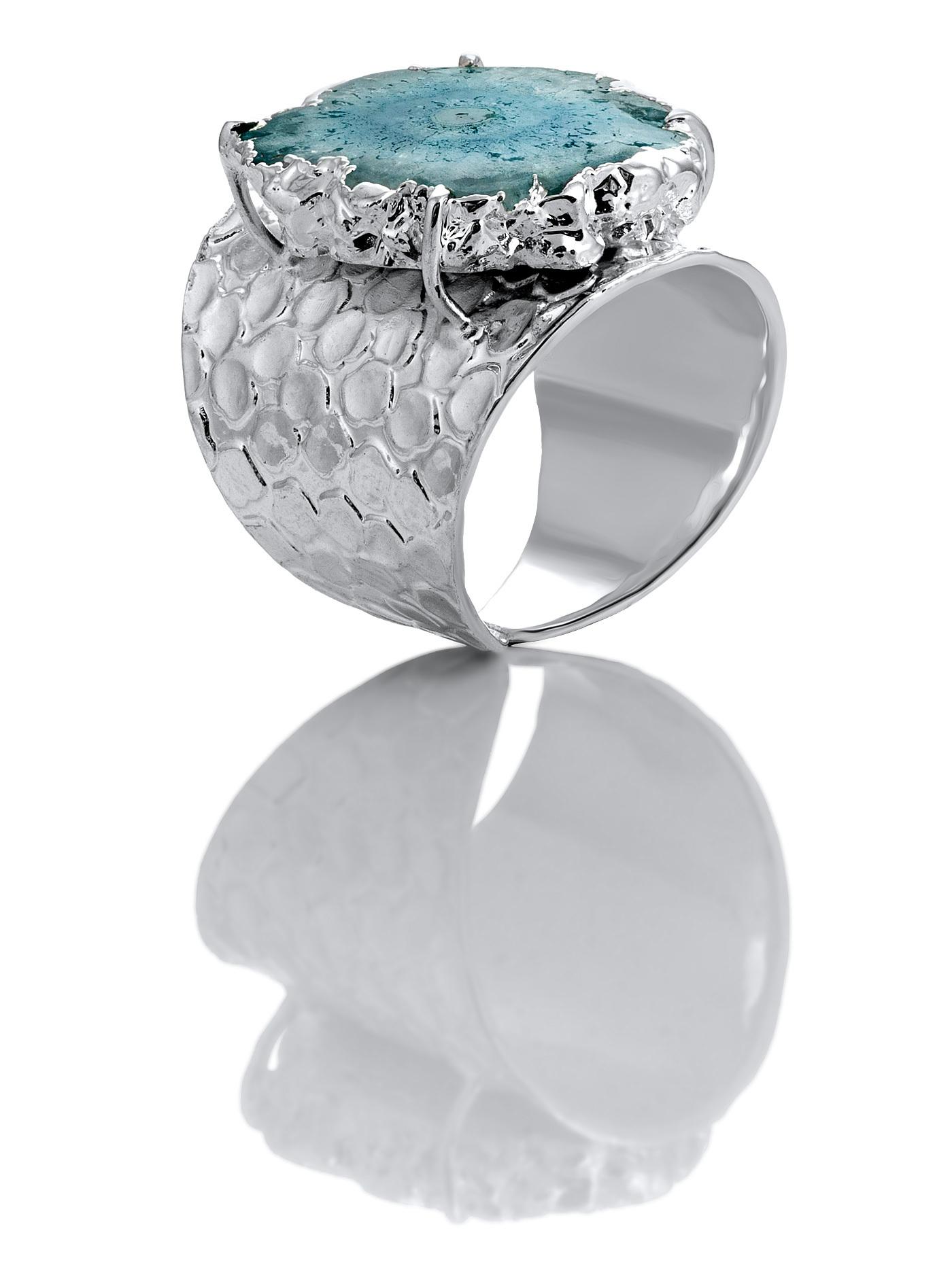 Дизайнерское кольцо с жеодой агата голубого цвета