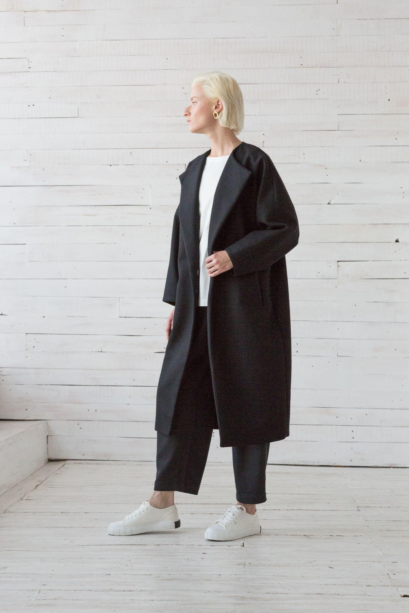 Пальто с высокой шлицей, черное
