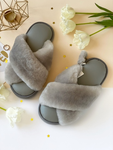 Меховые тапочки дымчатые с перекрёстными шлейками и стелькой из экокожи светло-серой