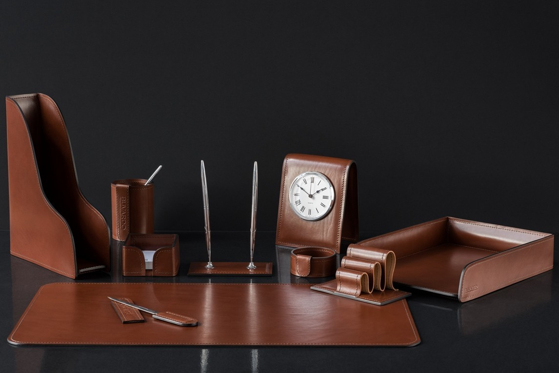 НА фото настольный набор руководителя 70219 10 предметов кожа LUX Full Grain цвет