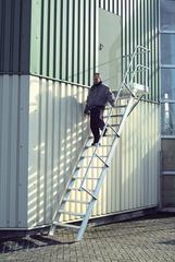 Трап с платформой стационарный 18 ступ., шир 1000 мм 45°
