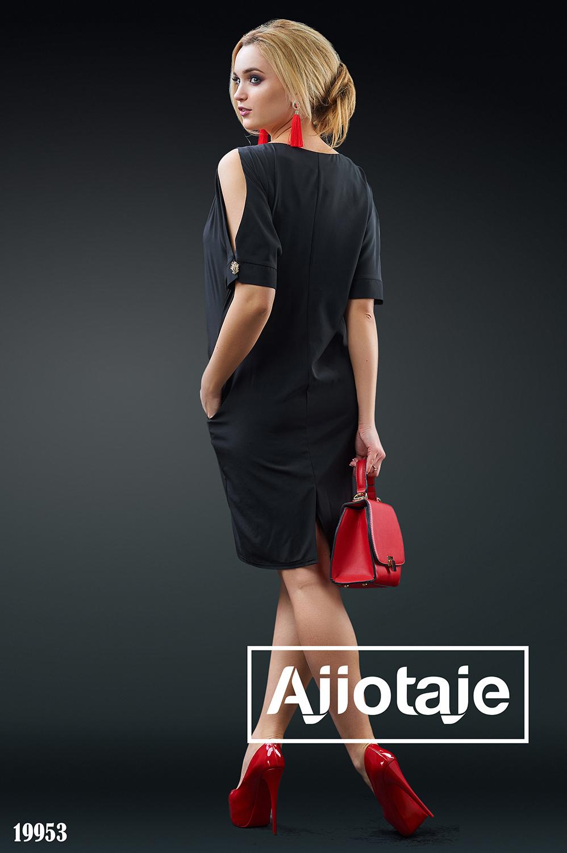 Черное платье с вырезом лодочка