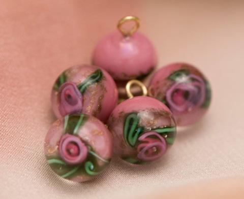 Пуговица круглая стеклянная в винтажном стиле с розой в стекле, розовая