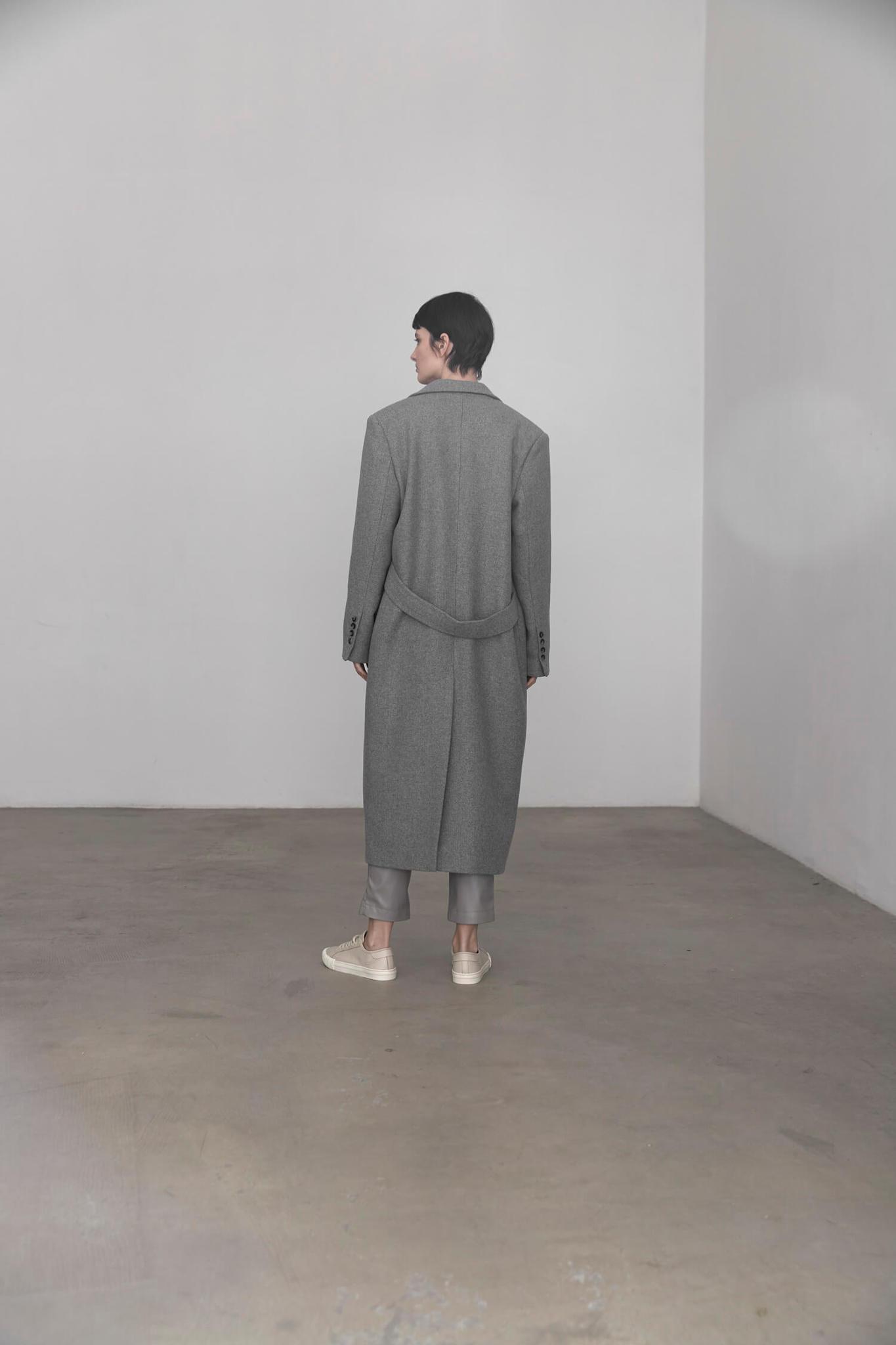 Пальто с мужского плеча с хлястиком на спинке, серое