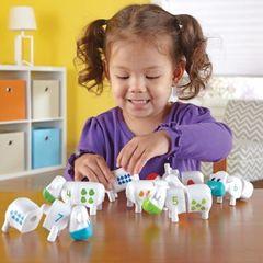 дети играют в Развивающую игру Телята. Веселый счет Learning Resources