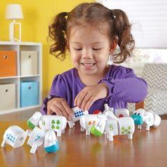 ребенок играет в развивающую игру Телята. Веселый счет Learning Resources