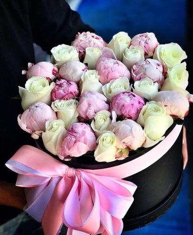 Розы и пионы в шляпной коробке #2052