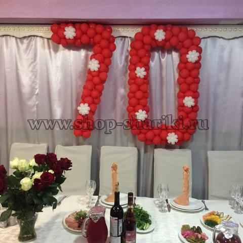 цифра 70 из шаров красная с белыми цветочками