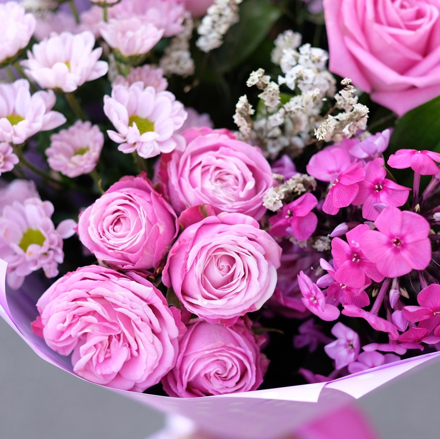 Букет 33 с пионовидными розами и садовыми цветами