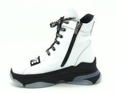 Белые кожаные ботинки на массивной подошве с декоративным эллементом