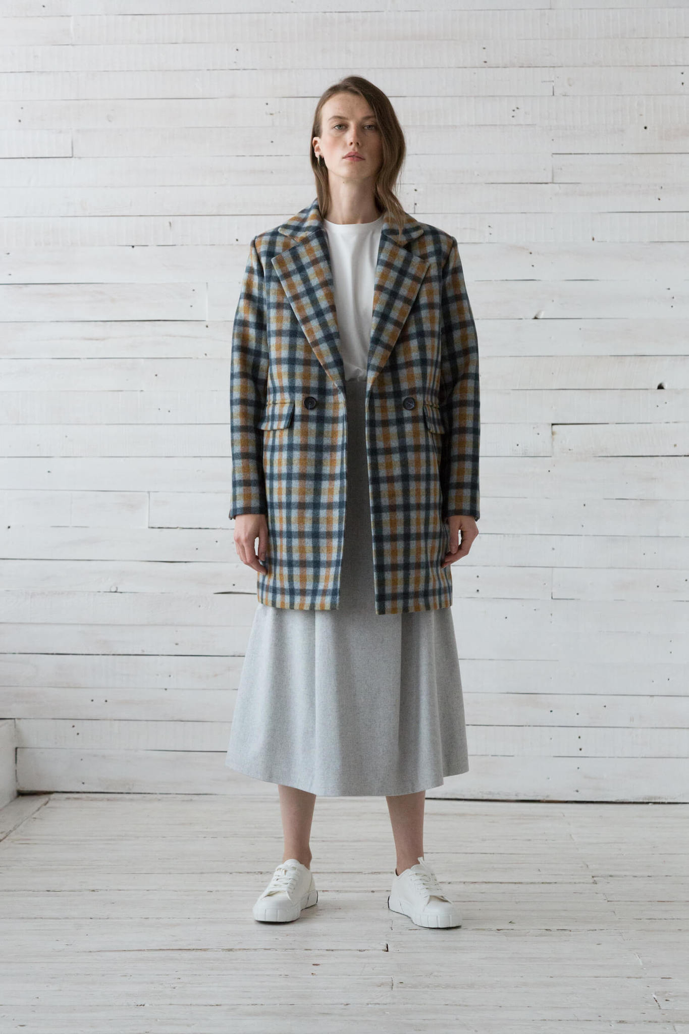 Пальто-пиджак удлиненное, серое в сине-охровую клетку