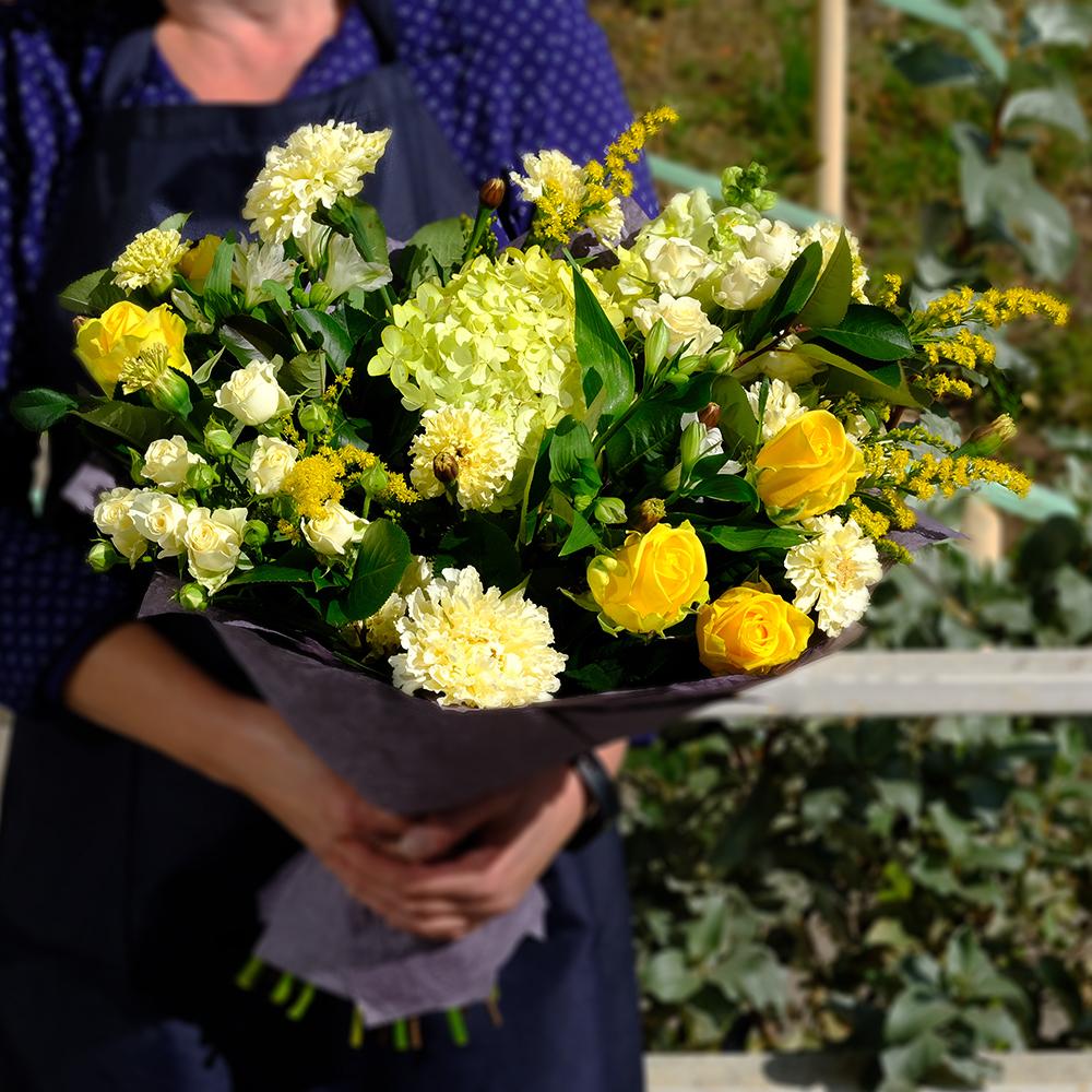 Купить солнечный букет с гортензией и желтыми розами Пермь