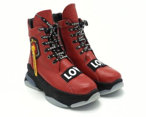 Красные ботинки на массивной подошве