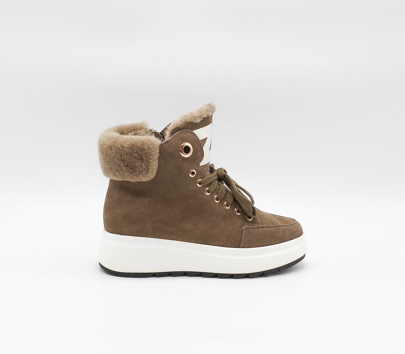 Утеплённые ботинки песочного цвета из натурального велюра