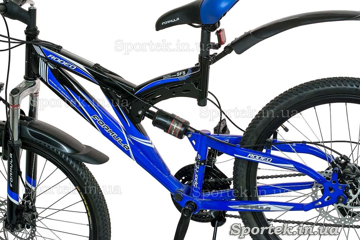 Вид слева на раму и задний амортизатор горного универсального велосипеда Формула Родео (Formula Rodeo DD 2015)