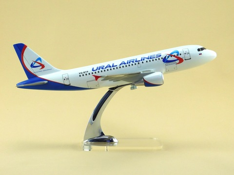 Модель самолета Airbus A319 (М1:100, Ural Airlines)