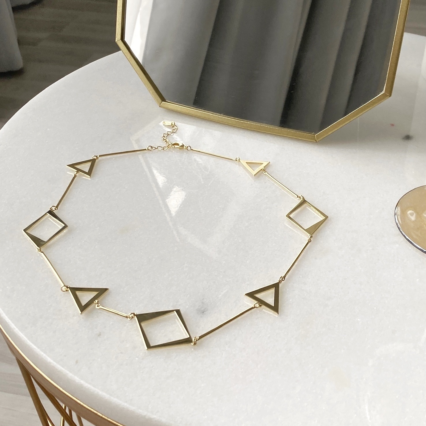 Колье c контурными геометричными вставками (золотистый)