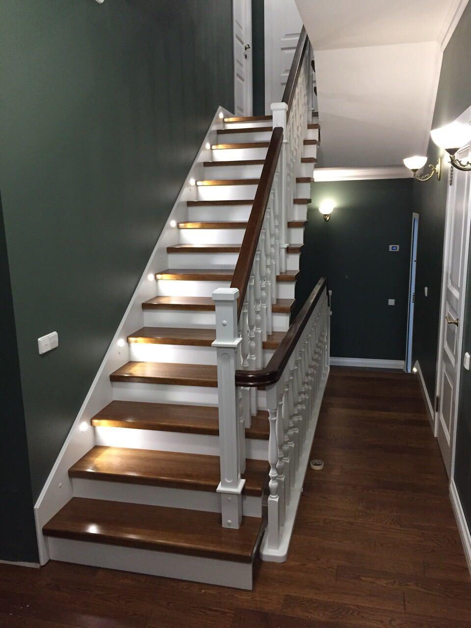 Комбинированная лестница из дуба и сосны
