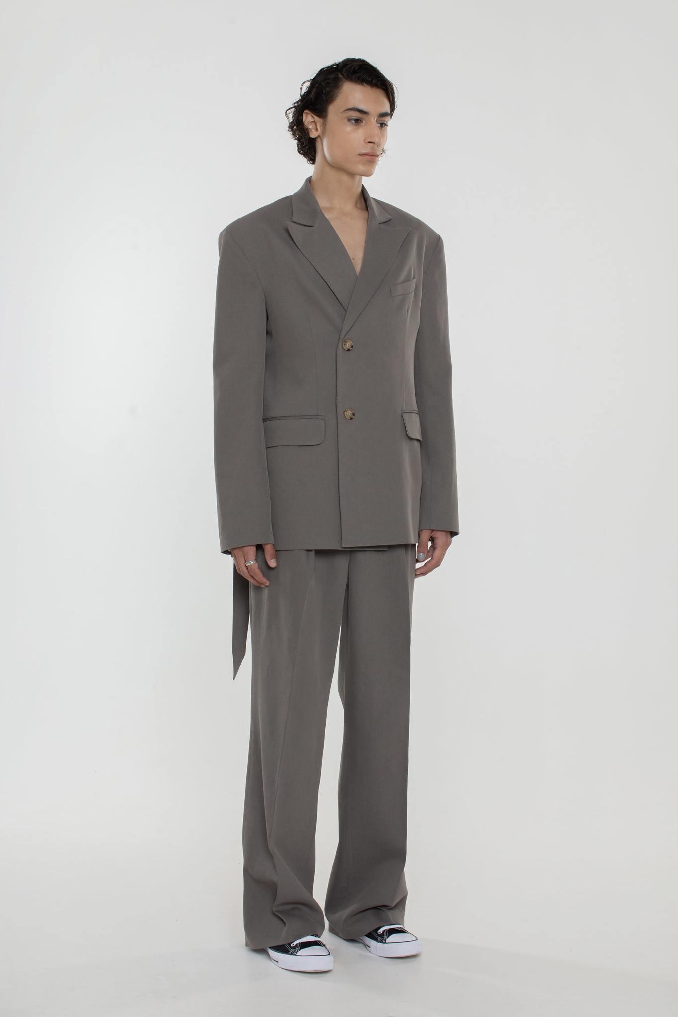 Пиджак с поясом серый