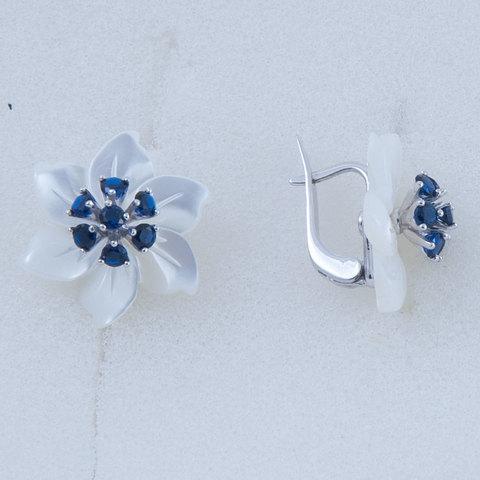 Серьги с цветами из белого перламутра и сапфиром Арт.2250бпс