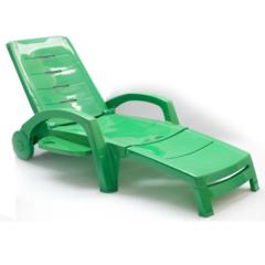Пластиковый шезлонг складной на колесах с ящиком зеленый