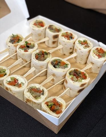 Ролл-сэндвич с творожным сыром, овощами и зеленью