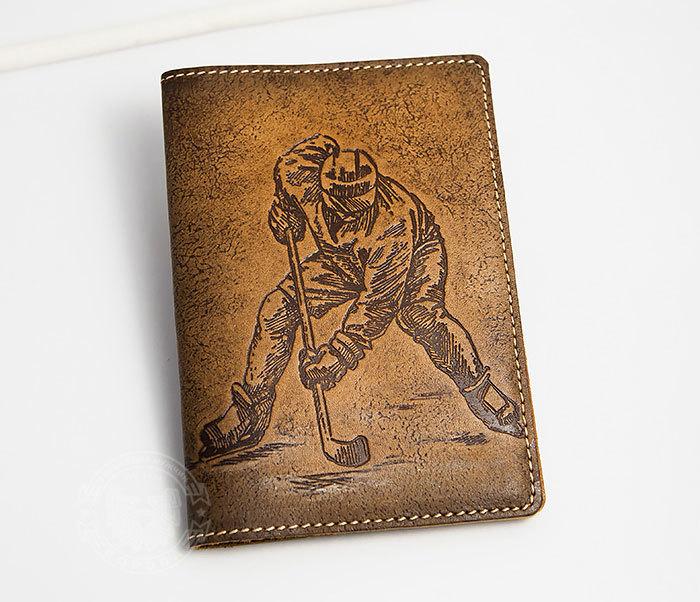 BY14-38-01 Кожаная обложка на паспорт с хоккеистом, тиснение
