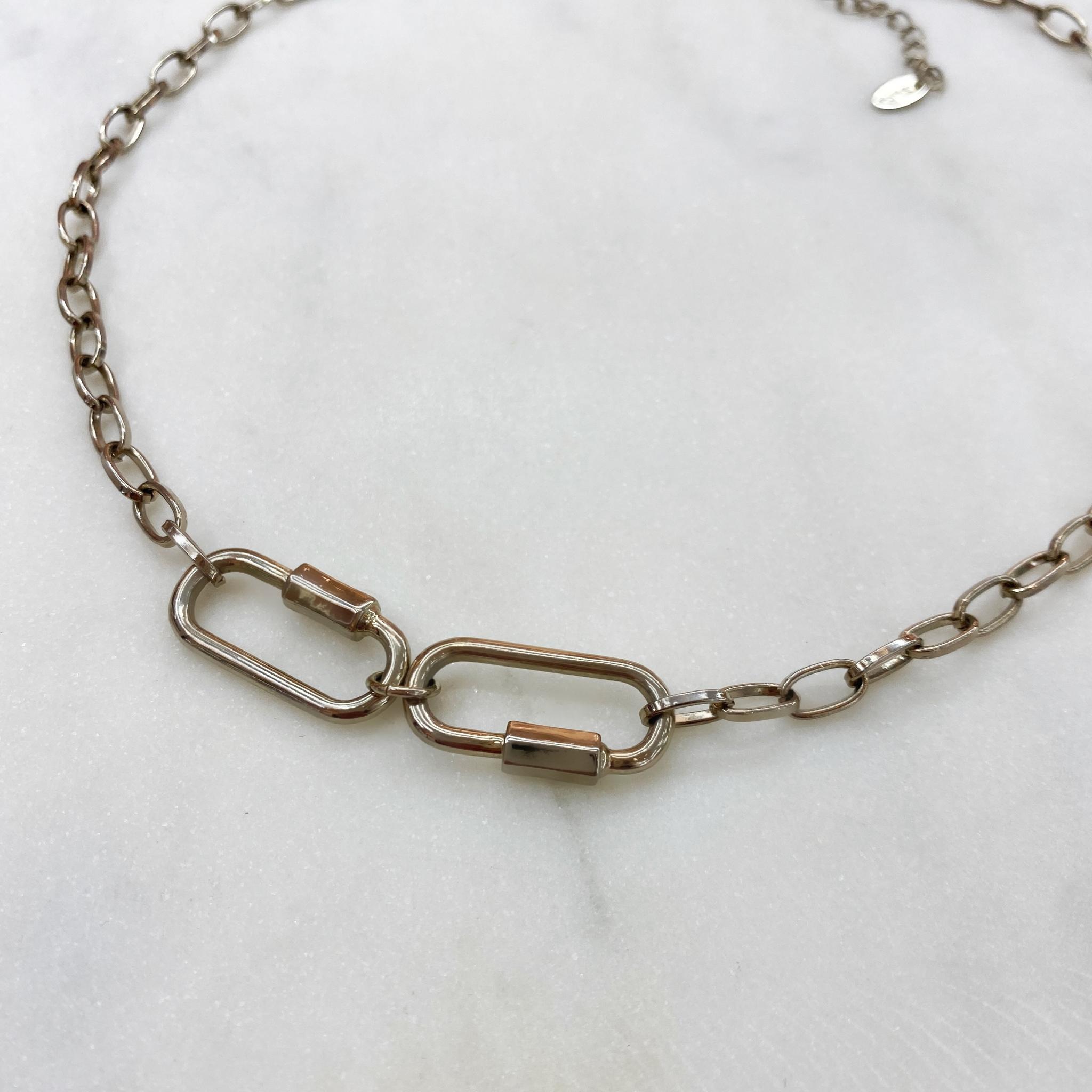 Колье-цепь с двумя центральными карабинами (брасс)