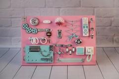 Доска Чудесная розового цвета с мятными элементами.