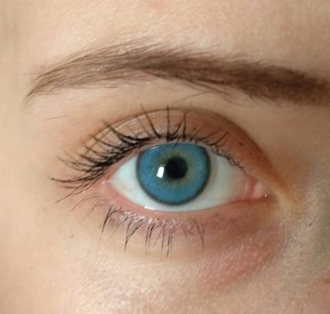 голубые линзы на серо голубых глазах