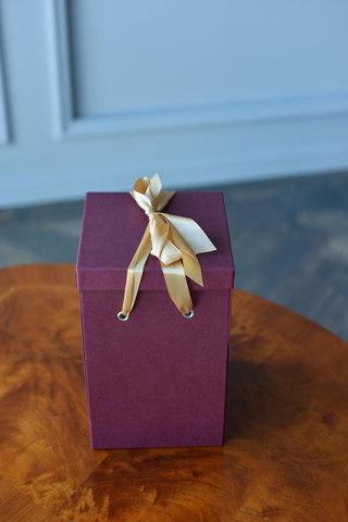 Подарочная коробка  для розы в колбе с вау эффектом мини бордовая