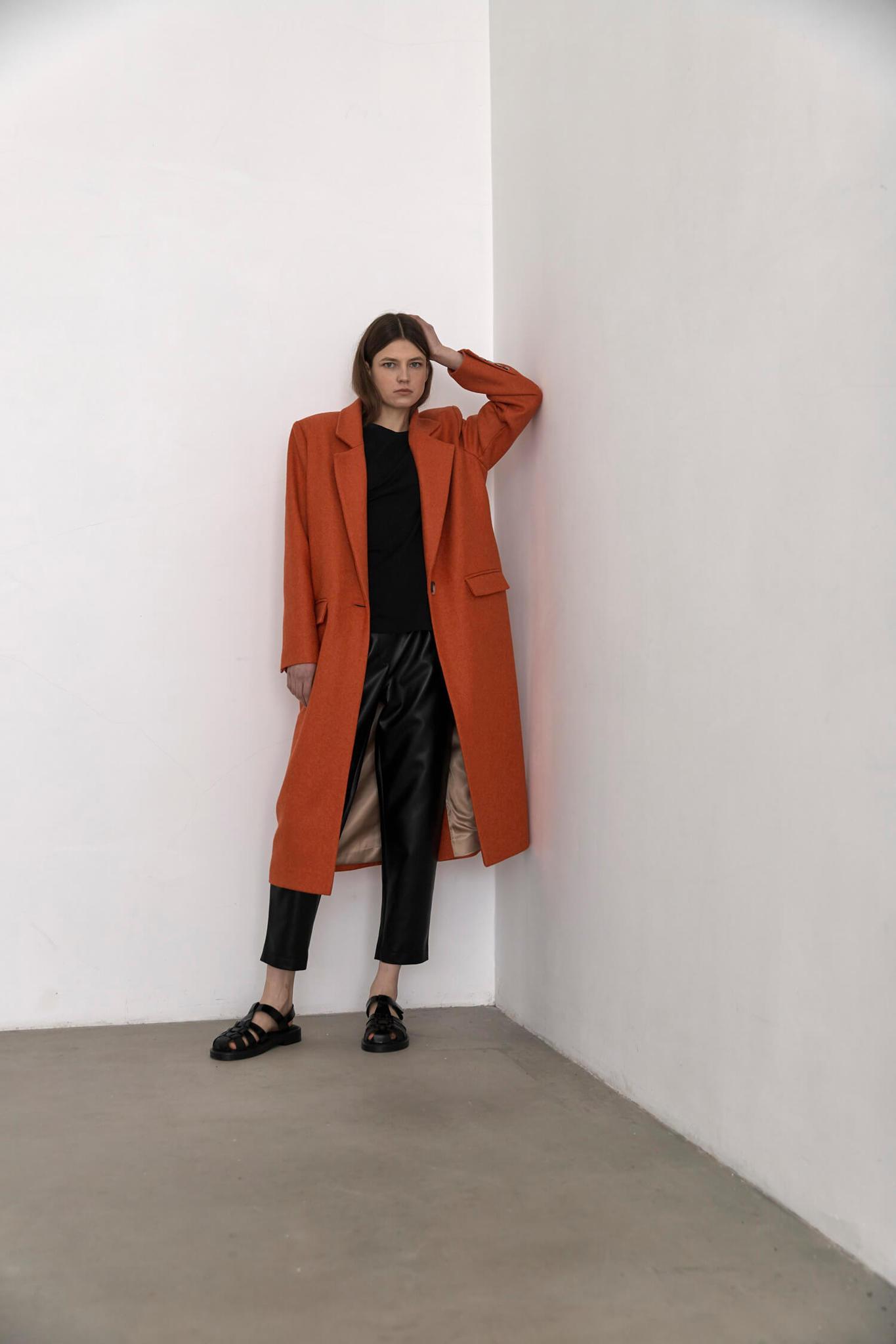 Пальто с мужского плеча с хлястиком на спинке, морковное