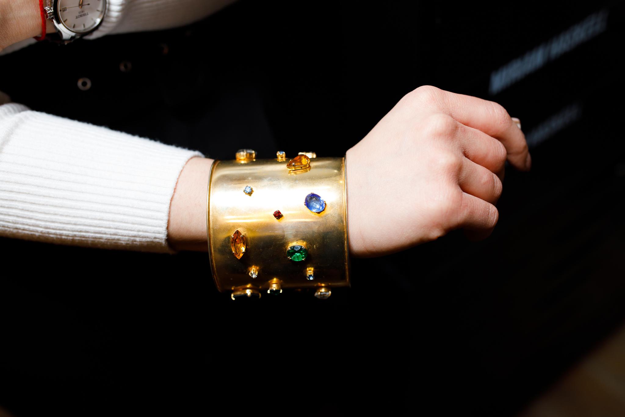 Акцентный винтажный браслет-кафф с россыпью кристаллов