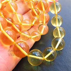 бусы из лимонного янтаря на ладони